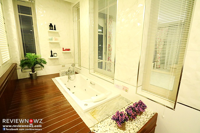 Deluxe Pool Access Restroom Jacuzzi