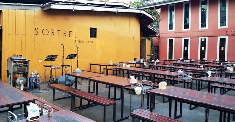 นั่งวาดดินสอสี เดินไปตักถั่วทอดเฟรนช์ฟรายฟรี ฟังเพลงแกล้มเบียร์ที่ Sortrel Sathorn