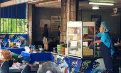 ฉีกทุกกฎกับก๋วยเตี๋ยวหมูสูตรน้ำซุปปลาหมึกเจ้าดังสุดๆของบ้านสวนมาตลอด 40 ปีที่ร้าน ก๋วยเตี๋ยวซอย 12 จังหวัดชลบุรี