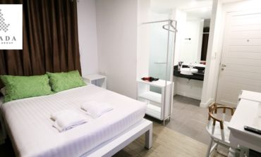 ขาวทั้งโรงแรมกับห้องพักแบบ Deluxe Room ที่ Chada @ Nakhon Hotel นครศรีธรรมราช